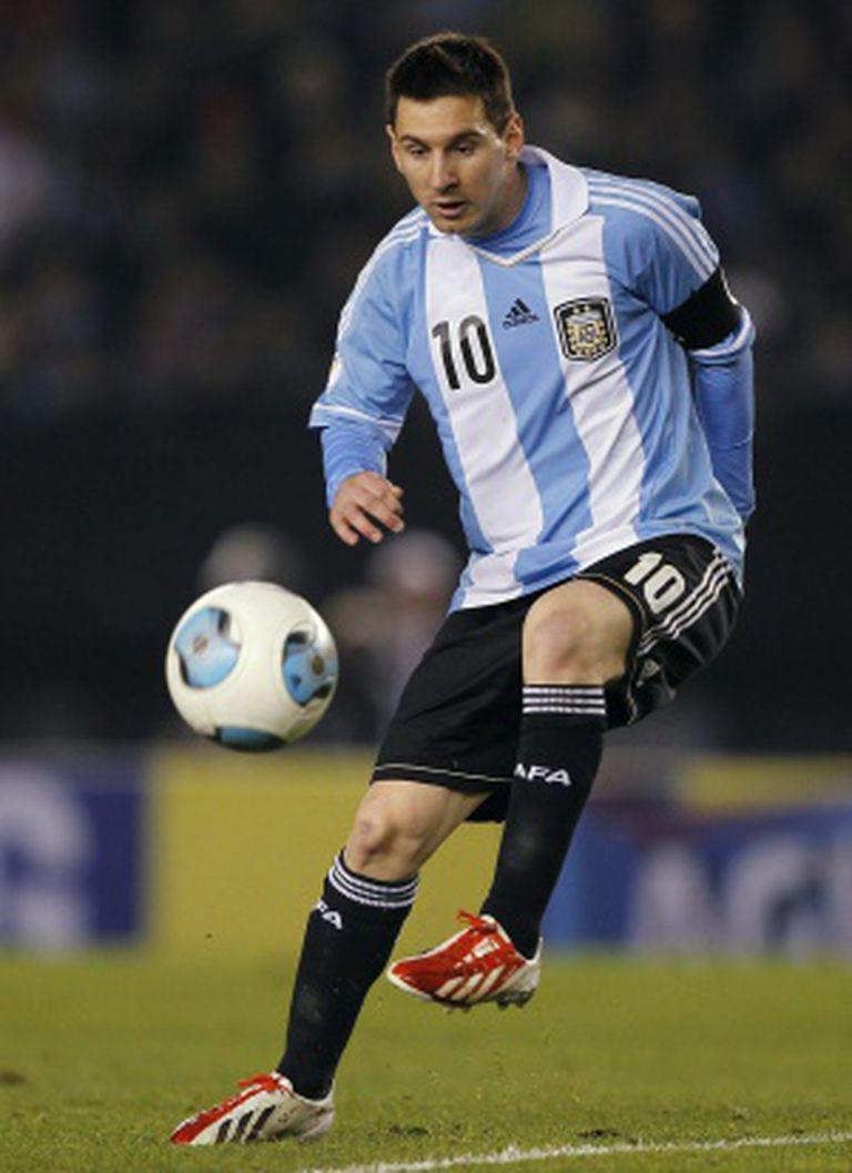 Messi domina a bola durante jogo com a camisa Argentina.