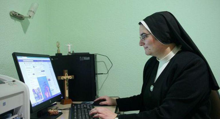 Blanca Alonso, professora de noviças das Servas de Jesus, em Madri, mostra a página de Facebook da congregação.