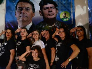 Ariane, Nayana, Narjara, Auxiliadora, Marilene, Tatiane e a filha, Ana Francisca, no comitê de Bolsonaro em Salgueiro.