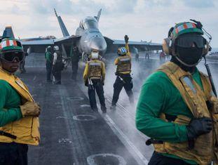 Marines realizam operações de voo no porta-aviões Carl Vinson, no Mar da China.