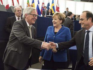 Jean-Claude Juncker (esq), saúda Merkel e Hollande no plenário do Parlamento Europeu em Estrasburgo (França) em 7 de outubro de 2015.