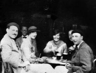 Hemingway em Pamplona, em 1925, com os amigos que inspiraram 'O Sol Também Se Levanta'. Da esquerda para a direita, o escritor, Lady Duff Twysden, Hadley Hamingway e Harold Loeb.