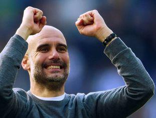 Pep Guardiola festeja a conquista de sua segunda Premier League.