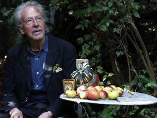 O escritor Peter Handke, no jardim de sua casa em Chaville, nos arredores de Paris, depois de receber o anúncio do Nobel.
