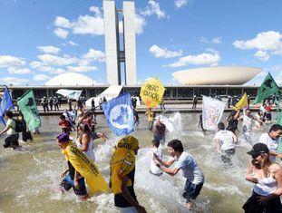 Estudantes protestam em frente ao Congresso Nacional nesta terça-feira.