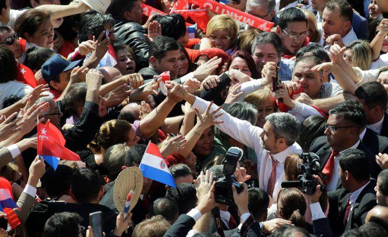 Mario Abdo Benítez cercado por seguidores na semana passada em Assunção.