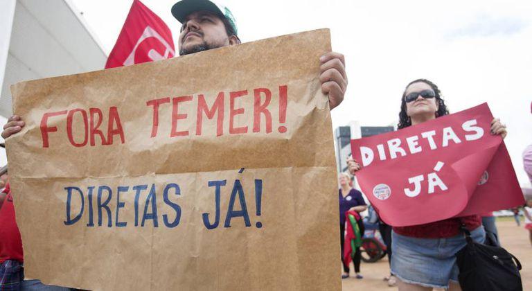 Manifestantes participam de protesto contra o presidente Michel Temer em Brasília.