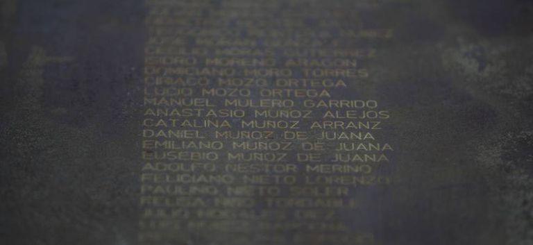 Placa com o nome de Catalina Muñoz entre o de outras vítimas da repressão franquista no parque de La Carcavilla (Palência).