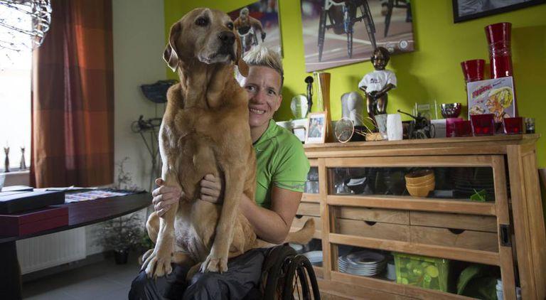 Marieke com seu cachorro Zen na sala de sua casa pouco antes de partir a Lanzarote.