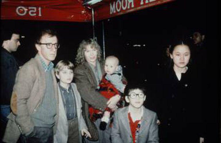 Woody Allen y Mia Farrow con sus hijos (Soon-Yi à direita).