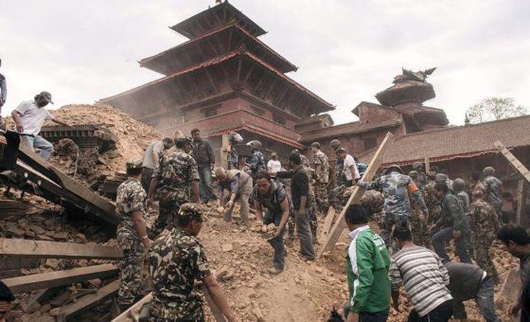 Equipes de resgate trabalham em Katmandu.
