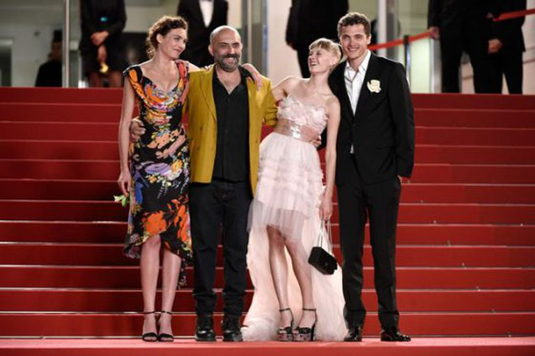 Gaspar Noé, segundo à esquerda, com seu trio de protagonistas: Aomi Muyock, Klara Kristin e Karl Glusman.
