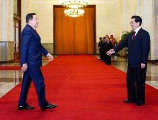 O ex-presidente da Venezuela Hugo Chávez com seu então homólogo chinês, no Grande Palácio do Povo em Pequim, em abril de 2009.