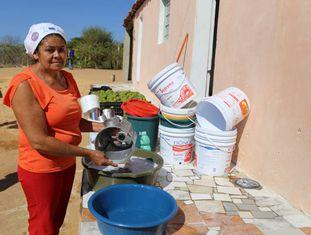 Mulher lava a louça em Pernambuco.
