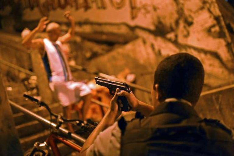 Policial em favela próxima a Copacabana, nesta quarta-feira.