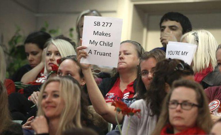 Mães que se opõem à obrigatoriedade da vacinação protestam no Senado de Sacramento, nesta quarta-feira.