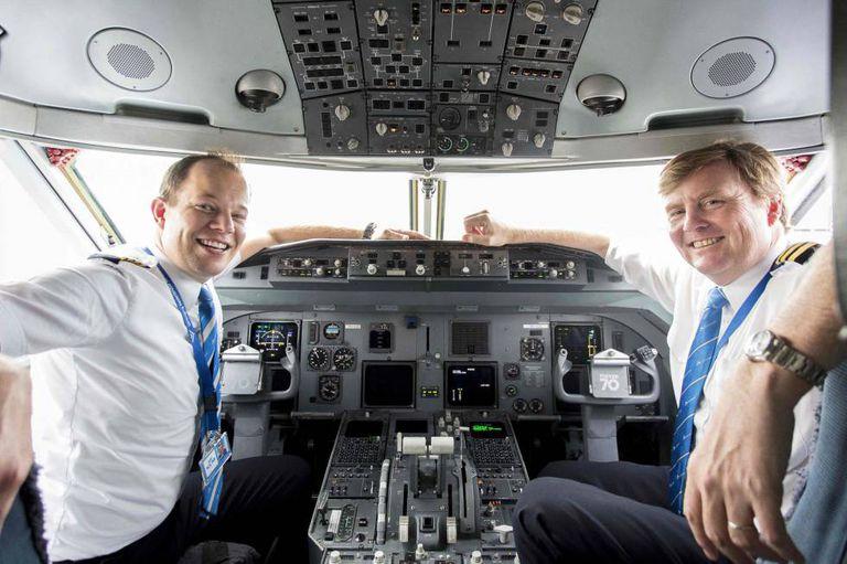 O rei Willem da Holanda, à direita, na cabine de um avião da KLM com o piloto Maarten Putman.