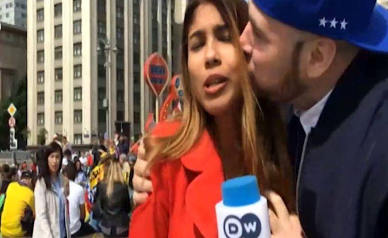 Repórter é agarrada por torcedor na praça Manege, em Moscou.