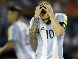 Lionel Messi leva as mãos à cabeça durante a partida contra o Chile.