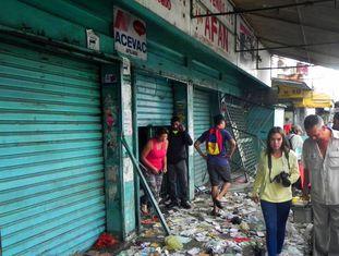 Lojas saqueadas em Valencia, Venezuela.