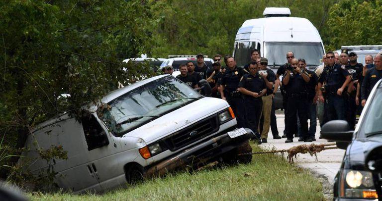 A polícia recupera o furgão da família Saldívar, em Houston. Nele morreram afogados dois avós e seus quatro netos.