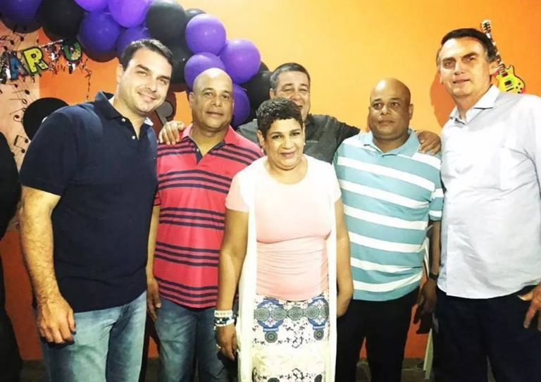 Flávio Bolsonaro e Jair Bolsonaro com Valdenice de Oliveira e os irmãos gêmeos milicianos, presos na Operação Quarto Elemento.