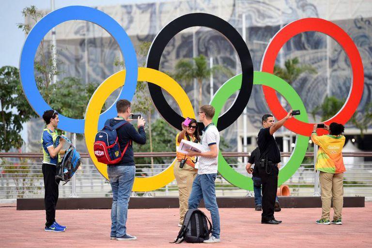 Pessoas tiram fotos no Parque Olímpico do Rio.