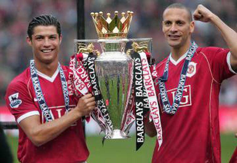 Cristiano Ronaldo e Rio Ferdinand, juntos no Manchester United, com a taça da Premier de 2007.