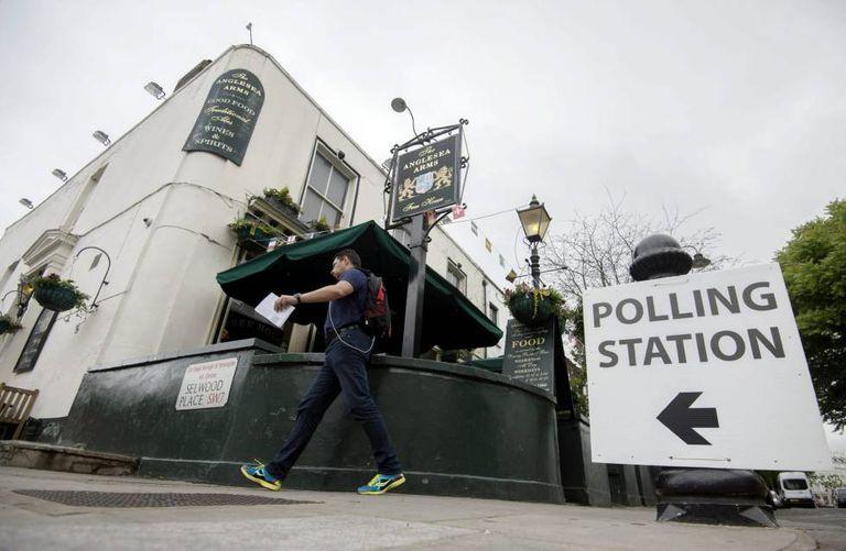 Britânico chega ao colégio eleitoral para votar, nesta quinta-feira.