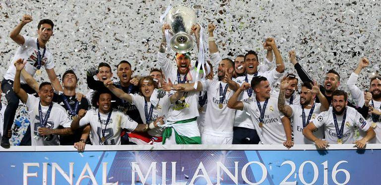 Os jogadores do Real Madrid comemoram o título.
