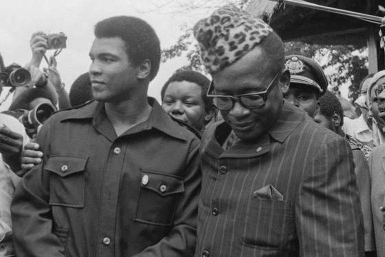 O boxeador Muhammad Ali com o ditador Joseph Mobutu. Em 1974, Ali ganhou o campeonato dos pesos pesados em uma luta realizada em Kinshasa, a capital do país então chamado Zaire.