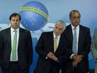 Rodrigo Maia, Michel Temer, Luiz Fernando Pezão e Raul Jungmann durante assinatura de decreto para intervenção federal na segurança pública no Rio de Janeiro.