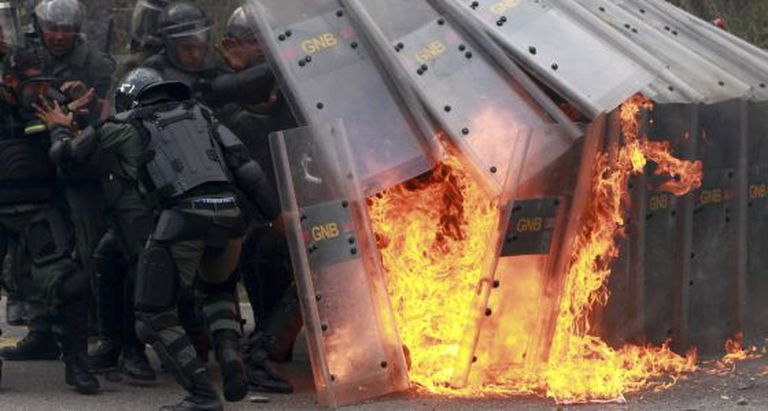 Policiais atacados com coquetel molotov no protesto.