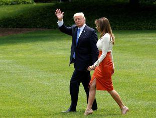O presidente Donald Trump e sua esposa, Melania Trump, deixam a Casa Branca para começar uma viagem internacional.