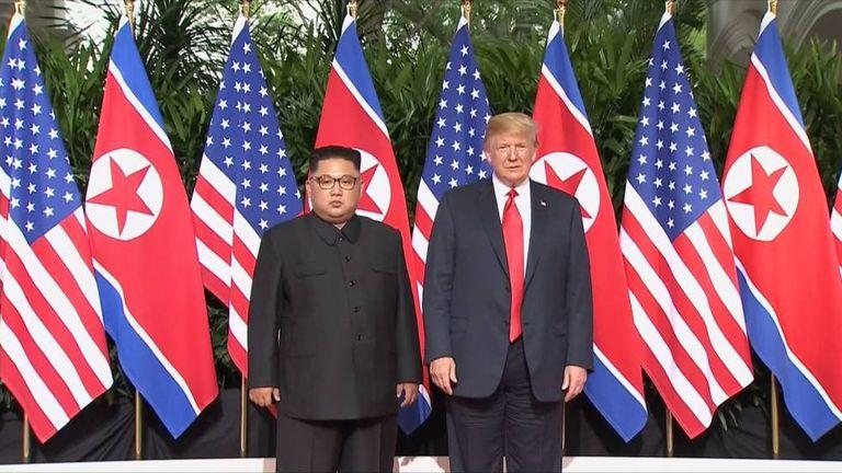 Kim Jong-un e Trump posam para foto histórica.