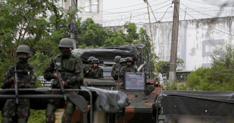 Soldados do exército atuam em Japeri, perto do Rio.