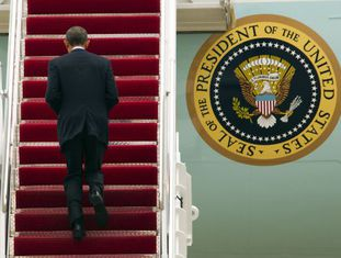 Obama sobe ao Air Force One para viajar a Detroit em campanha.