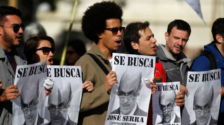 Manifestantes protestam contra Serra em Buenos Aires.