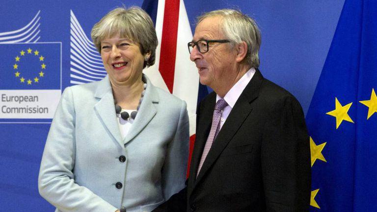 Theresa May e Jean-Claude Juncker, nesta sexta-feira em Bruxelas.