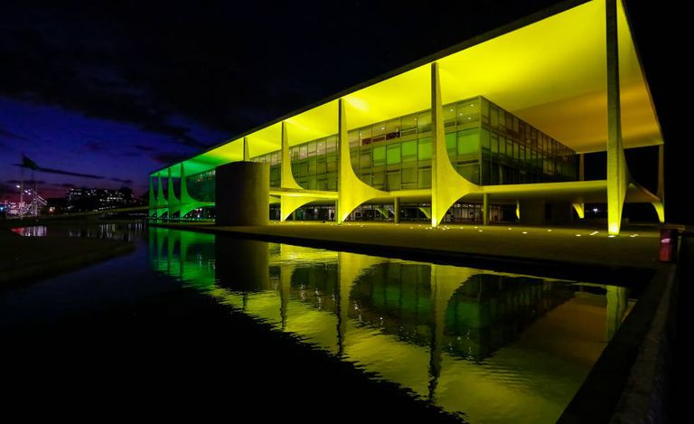 Palácio do Planalto iluminado com as cores da bandeira brasileira por conta da Olimpíada do Rio, em abril.