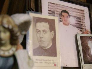 Um altar no México com imagens de Edgar Tamayo.