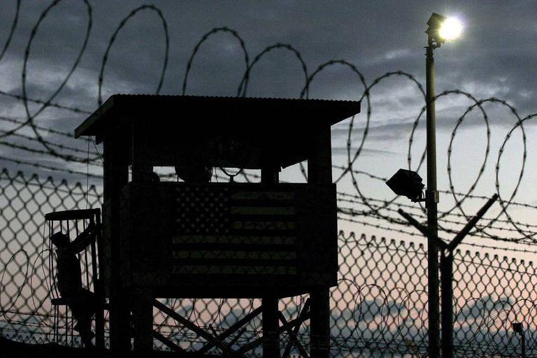 Uma torre de controle na base de Guantánamo
