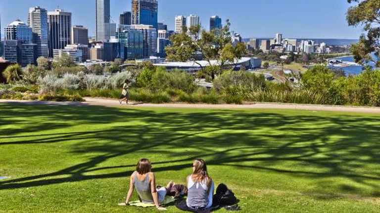 Dois jovens relaxam no Kings Park, em Perth (Austrália).