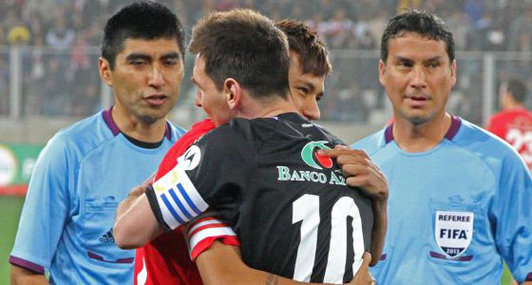 Messi abraça Neymar em um amistoso em 2012, em Lima (Peru).