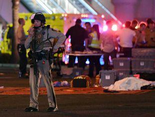 Um policial de Las Vegas controla as ruas após o tiroteio.