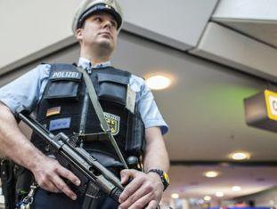 Policial vigia o aeroporto Tegel, em Berlim.