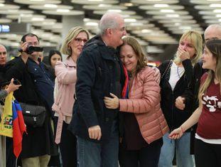 Antonio Ledezma, abraçado por sua esposa em sua chegada a Madri, no aeroporto de Barajas, no sábado.