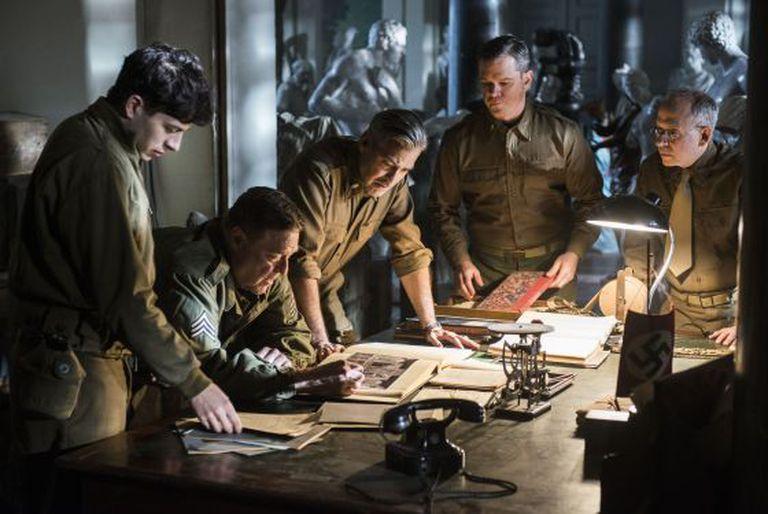 De esquerda a direita, Sam Epstein, John Goodman, George Clooney, Matt Damon e Bob Baliam em um fotograma de 'The monuments men'.