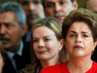 Dilma Rousseff, cercada de ex-ministros e parlamentares do PT, ao falar à imprensa após o impeachment.