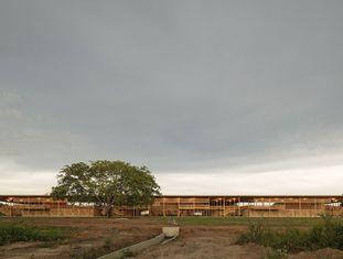 Uma escola rural próximo à Ilha do Bananal, no Tocantins, acaba de ser escolhida como o melhor edifício do mundo pelo Royal Institute of British Architects (Riba), que distribui uma premiação que leva o nome da instituição a cada dois anos. O prestigioso Riba, que leva em consideração a excelência arquitetônica e o impacto social do projeto, decidiu premiar em 2018 o projeto Moradias Infantis, dos escritórios Aleph Zero e Rosenbaum.